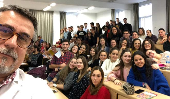 Clases en bares y deberes en YouTube: Los secretos del mejor profesor de España